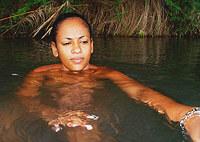 Natural ebony masturbates outdoor