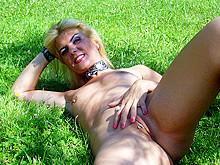 Outdoor Coco exposed slut in the garden